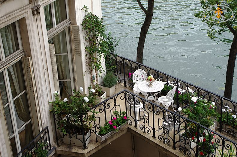 25-Paris-Balcony-Terrace-on-Ile-Saint-Louis-vacation-Apartment-rental-Rose