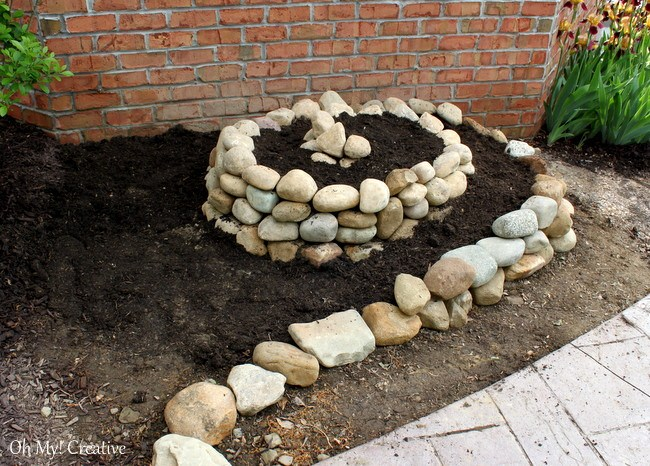 How to create a small vegetable garden using a garden spiral - OhMy-Creative.com